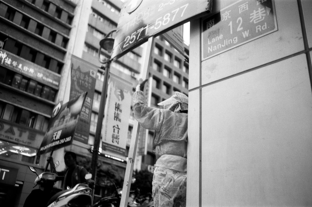 臥底採訪是不是揭露舉牌人勞動處境的最佳方式,值得再多一些探討。(圖片來源:都市舉牌人 @ Flickr)