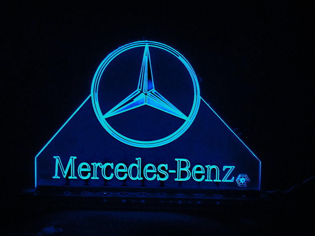 Teknoartes displays iluminados logo mercedes benz flickr for Mercedes benz creator