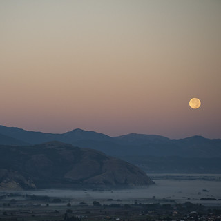Moonset over Fucino B | by APenaCobian