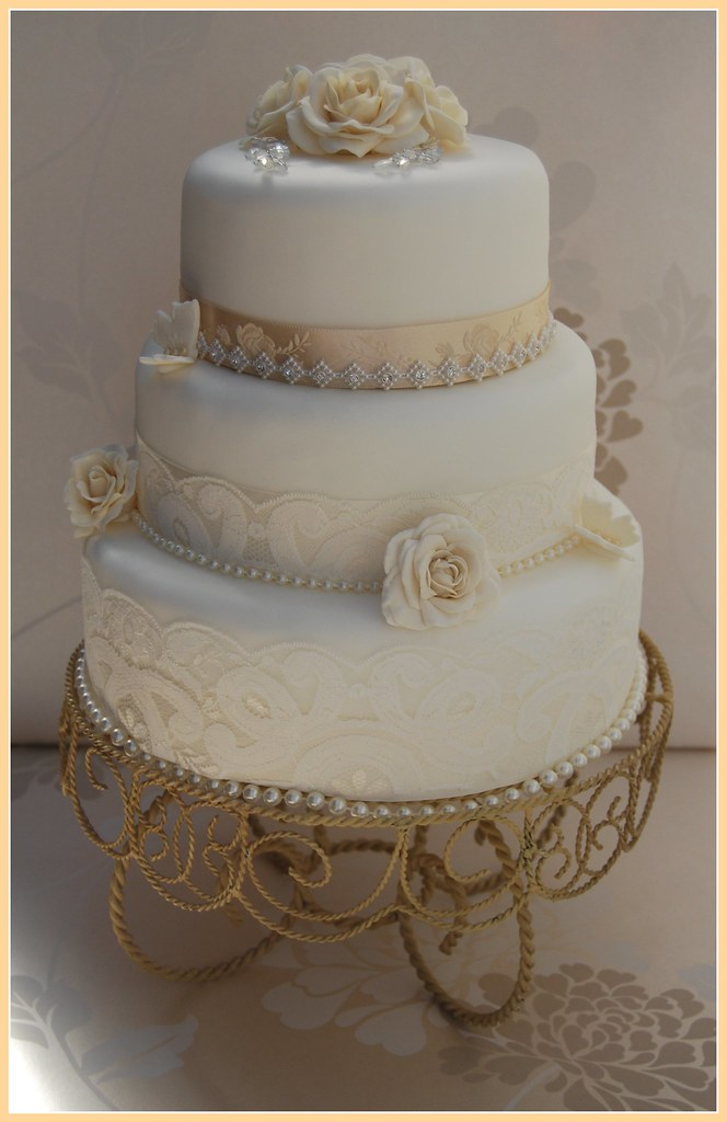 WHITE AND CHAMPAGNE VINTAGE WEDDING CAKE LACE DIAMANTE TRIM ROSAMUND