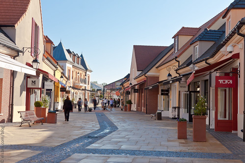 la vallee outlet centre shopping at la vall 233 e vi flickr