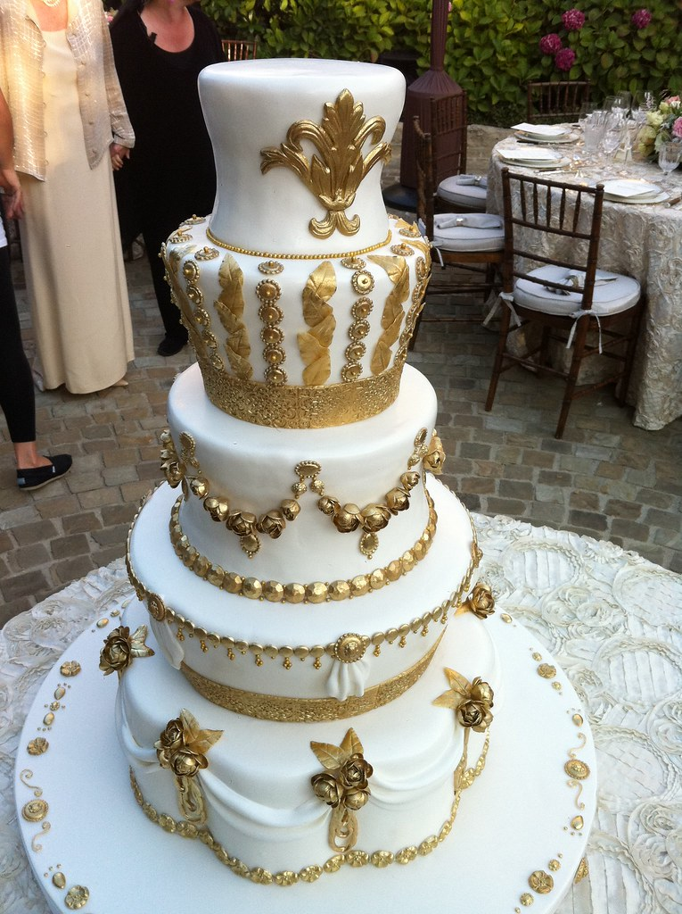 gold and white wedding cake ideas gold and white wedding cake robyn tuyl flickr 14744