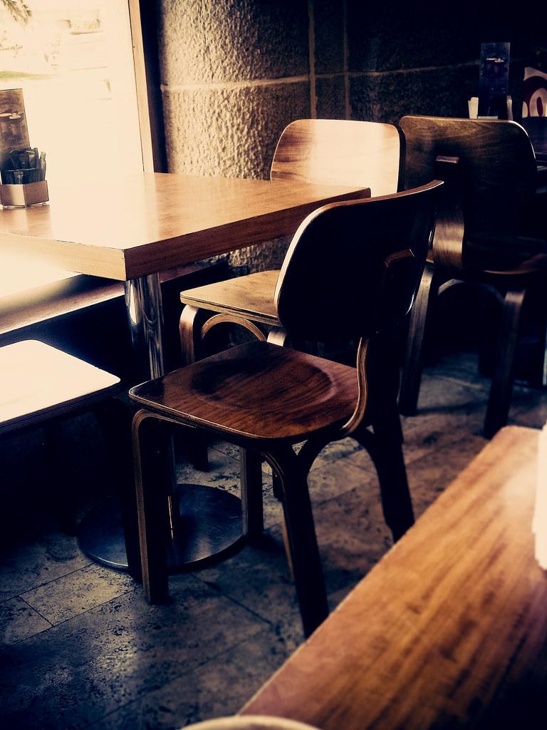 Buenas sillas en el cafe havanna una imitaci n bastante for Sillas de imitacion