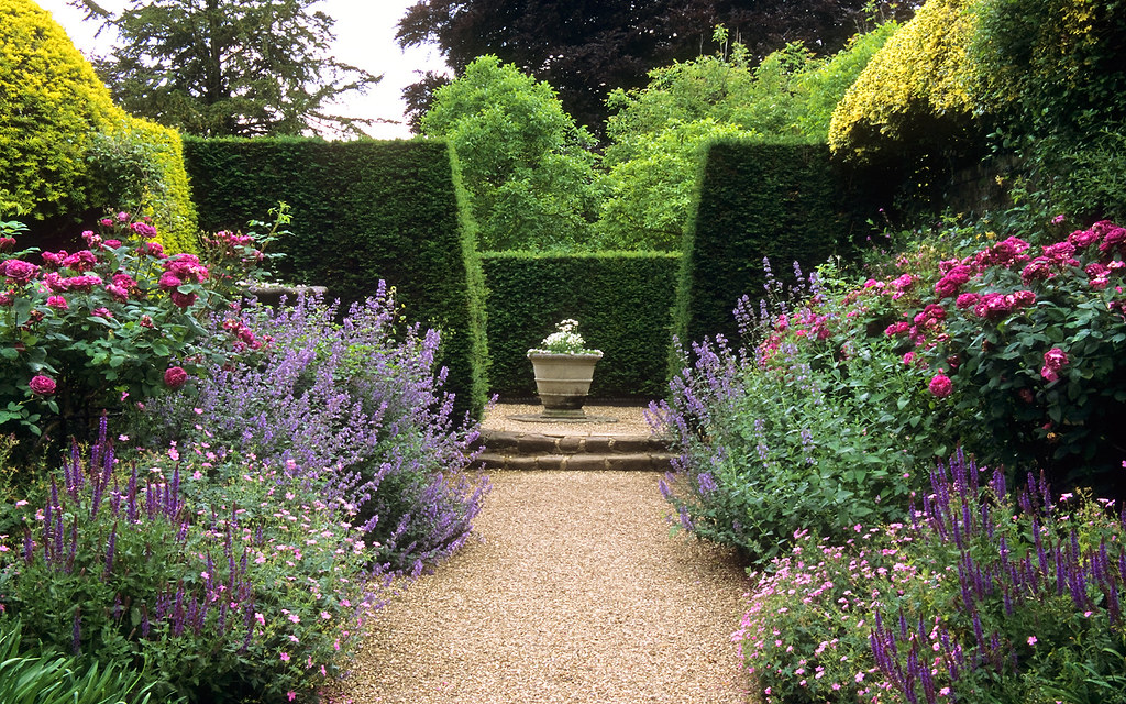 Ascott house gardens buckinghamshire uk traditional en for Classic house with flower garden