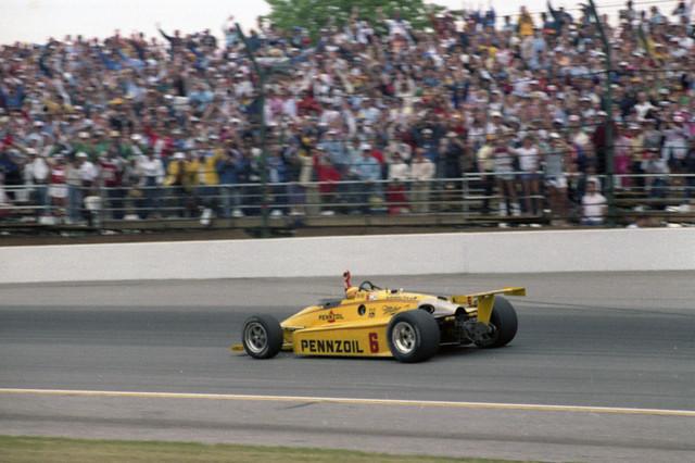 Rick Mears trionfa a Indianapolis 1984 rifilando 2 giri al più immediato inseguitore, Roberto Guerrero, dopo l'uscita di scena dei rivali più pericolosi, Sneva e Unser Jr.