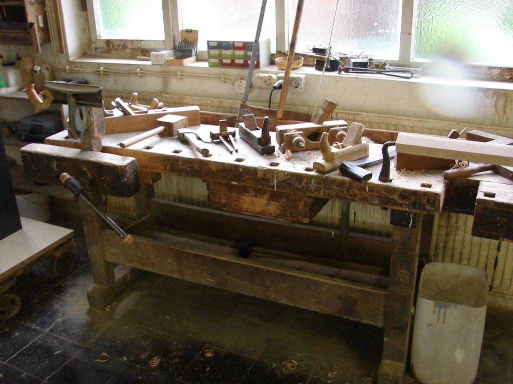 historische werkbank mit schönem holzwerkzeug | klaus brockmeier