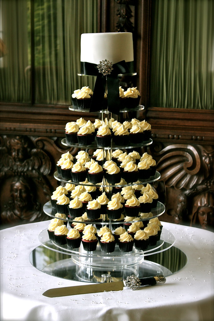 Black & White Wedding Cupcake Tower | I had two weddings at … | Flickr