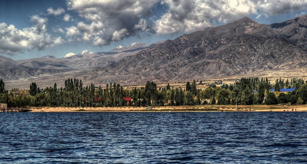 Danau Issyk Kul merupakan salah satu danau terdalam di dunia Foto oleh Thomas Depenbusch
