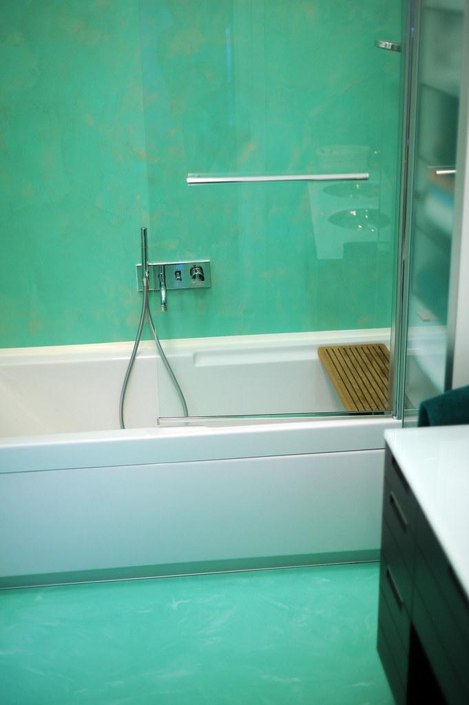 Bagno resina verde acqua spatolato verticale autolivellant - Pavimento resina bagno ...
