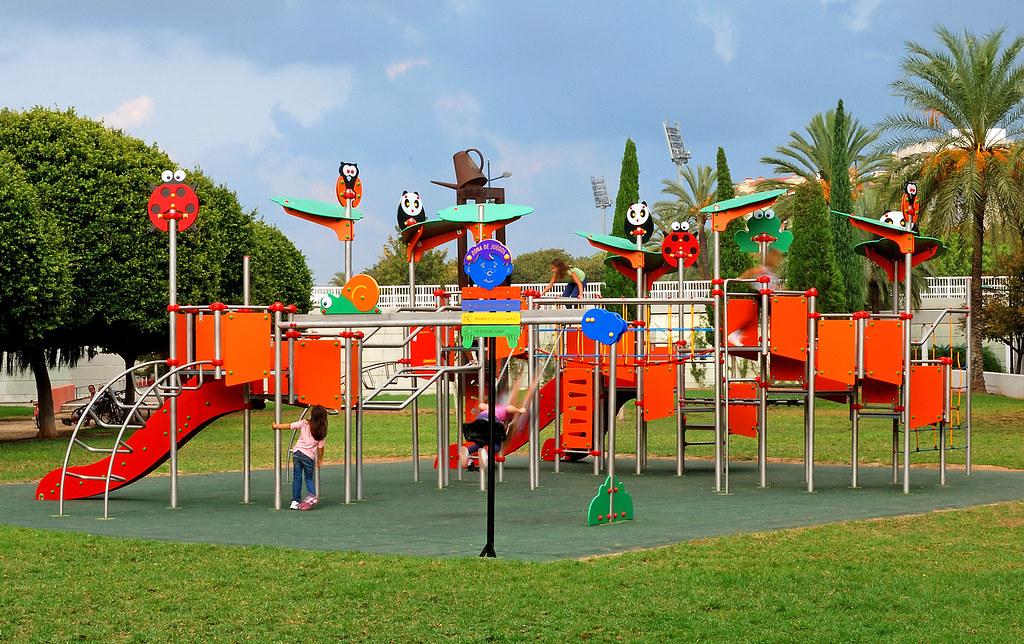 Instalaci n de parque infantil de la l nea zoopark en el a for Parque infantil jardin