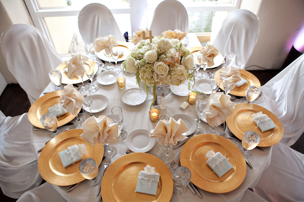 Table setting with White and Gold | vinca blooms | Flickr