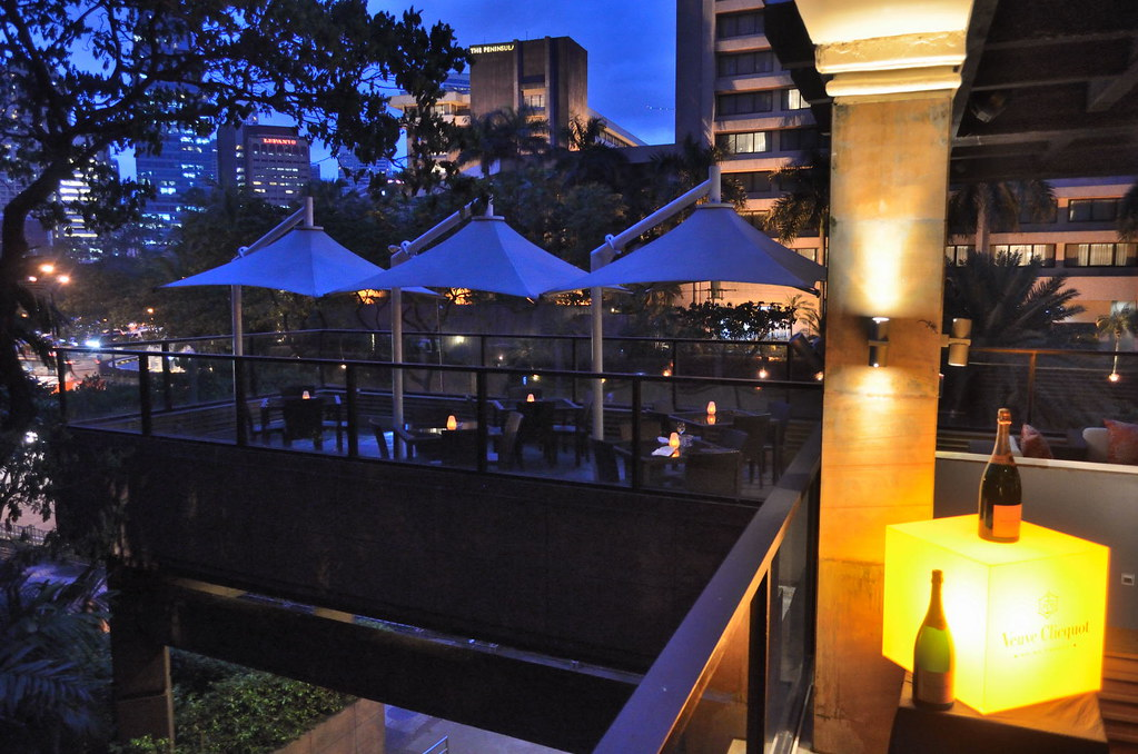 Conway 39 s makati shangri la the outdoor bar terrace for Terrace 33 makati