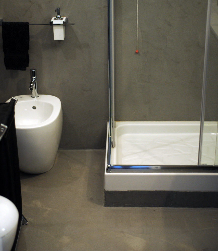 Bagno in resina spatolato grigio effetto cemento - Resina in bagno ...