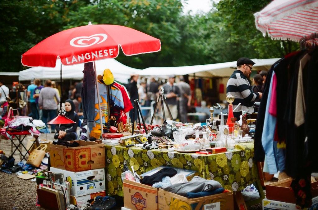 Marché aux puces de Mauerpark à Berlin - Photo de tomislavmedak