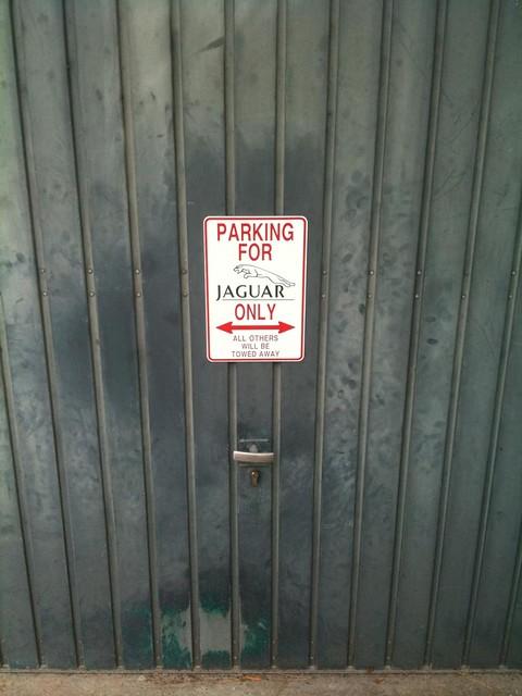Hay que ser guay de la vida para poner una placa as en la - Puertas de cochera ...