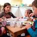 croqueskes eten aan het kleine tafeltje in de keuken