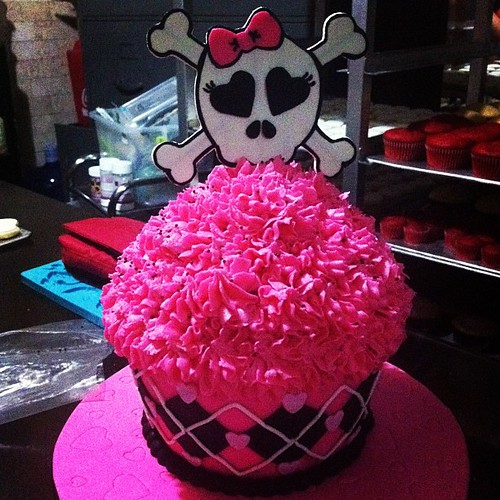 Lovin' this punk skull themed giant cupcake  | by abibyabbyah