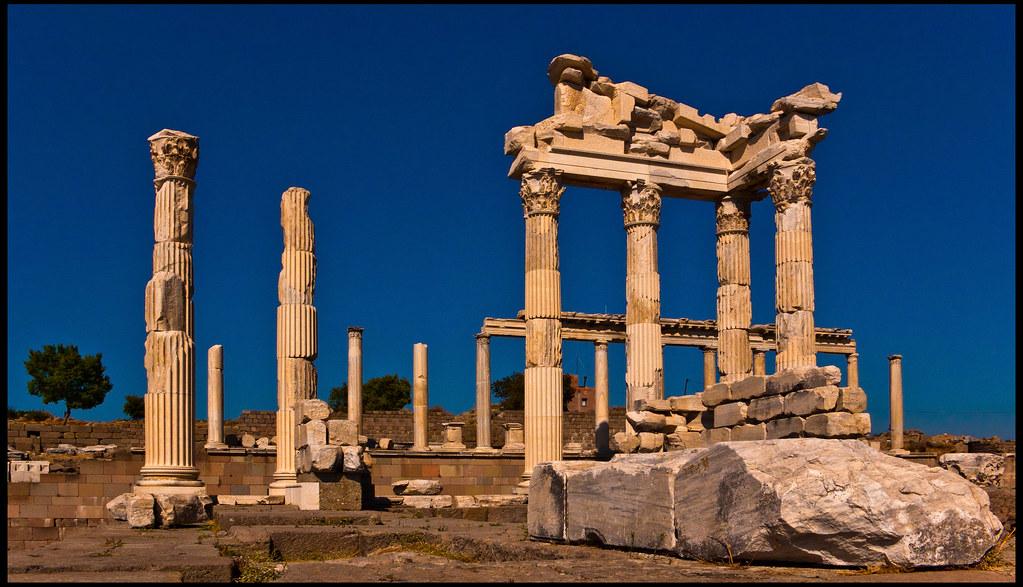 templo de trajano restos del templo de trajano en la