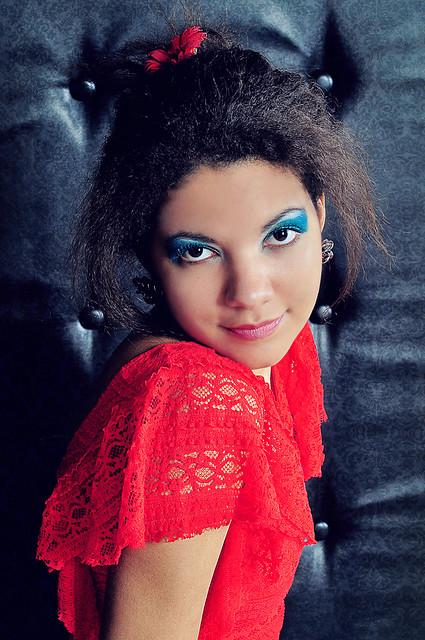 Девушка с цветами в волосах 2