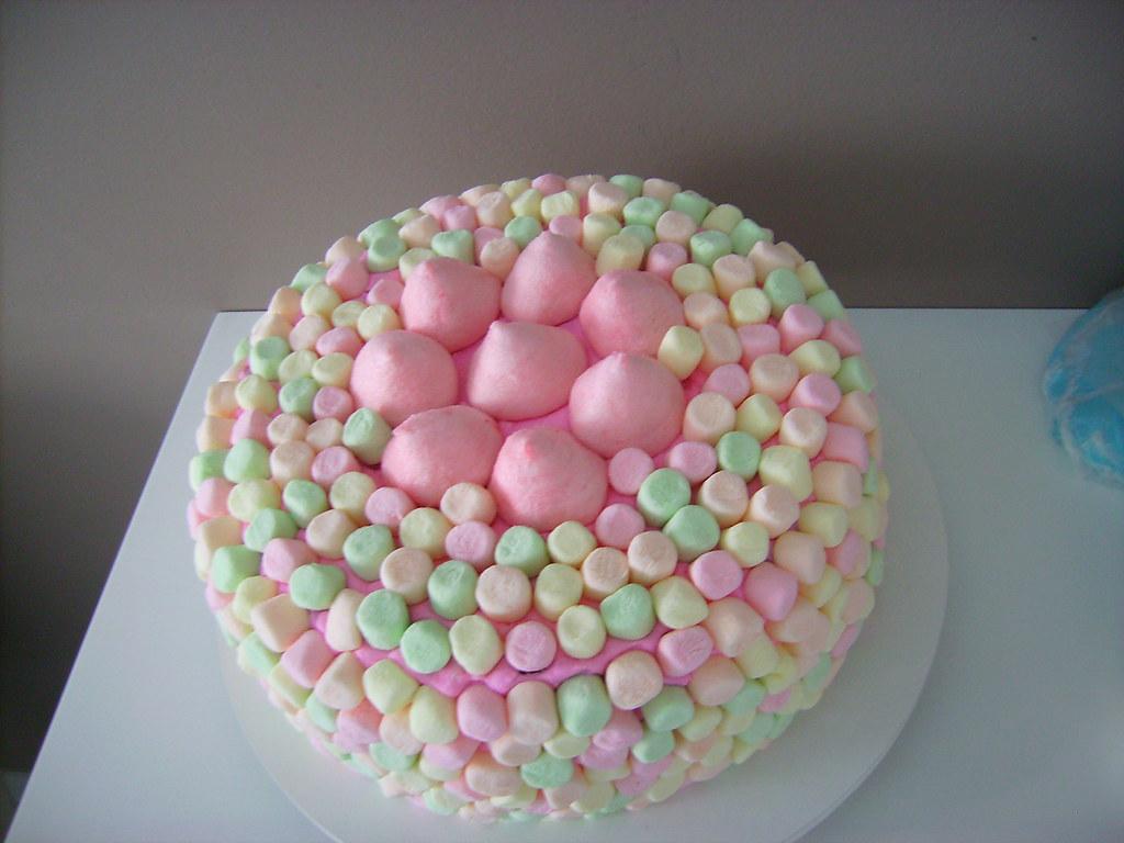 Bolo De Aniversário: Bolo Decorado Com Marshmallow