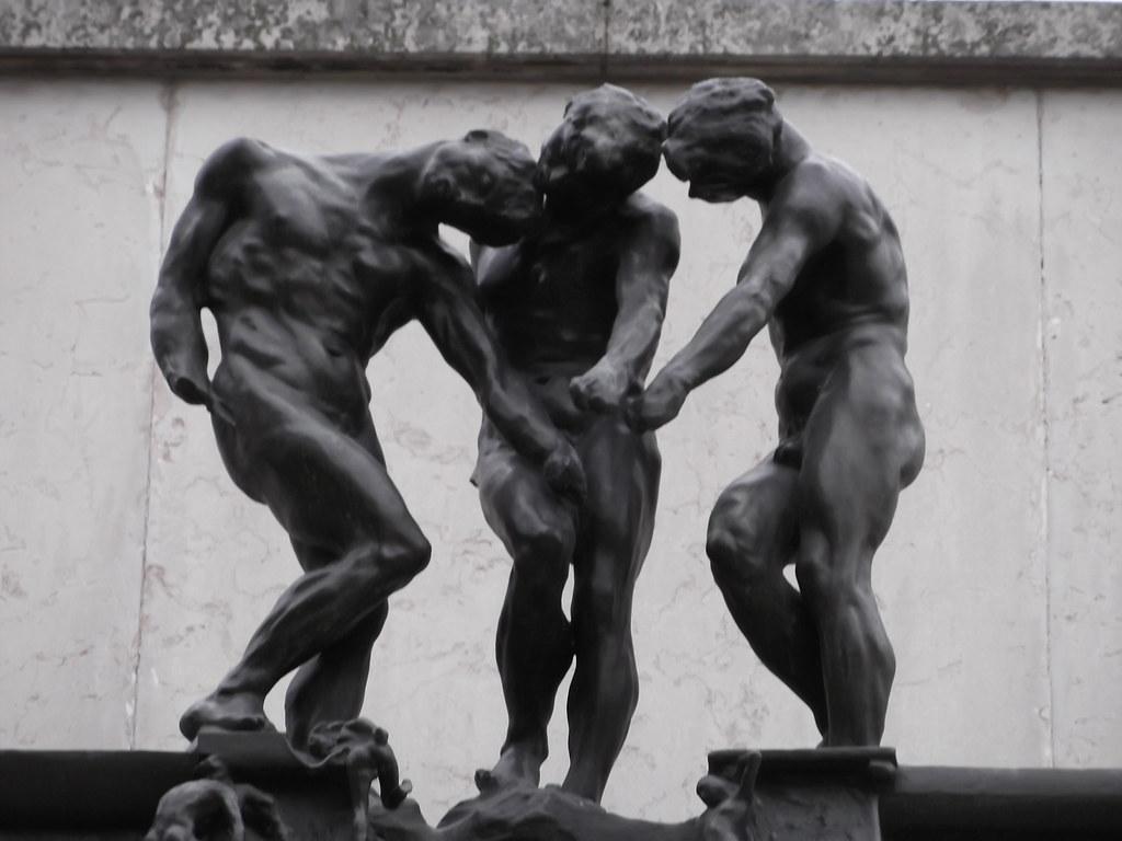 La porte de l enfer trois statues coiffant la porte for L encadrure de la porte