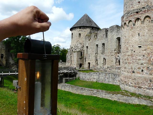 El castillo de Cesis (Letonia) sosteniendo un viejo farol