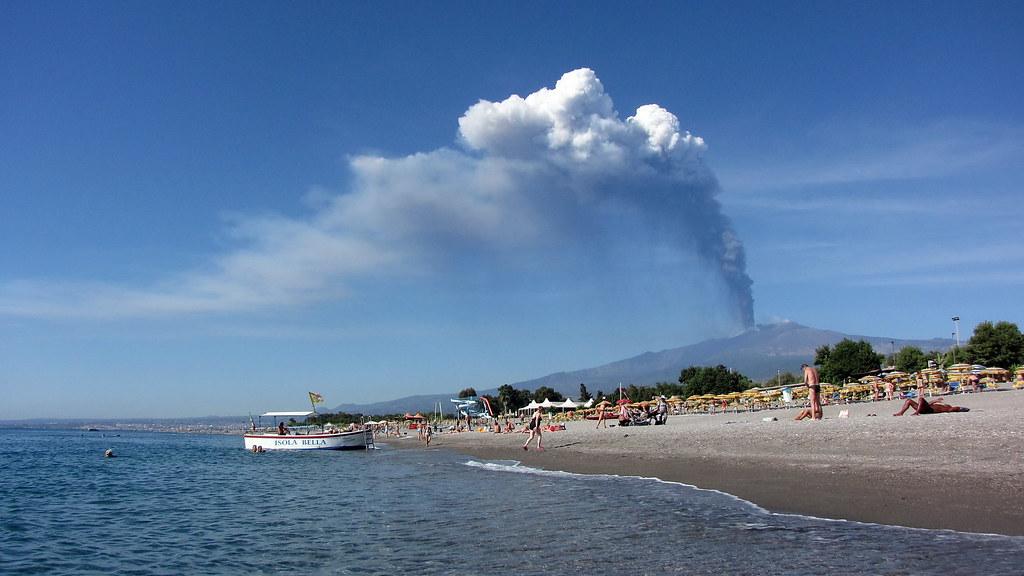 Etna In Eruzione Vista Dalla Spiaggia Di Recanati A Giardi