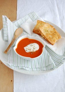 Spicy tomato soup with crispy grilled cheese / Sopa apimentada de tomate com queijo-quente crocante | by Patricia Scarpin