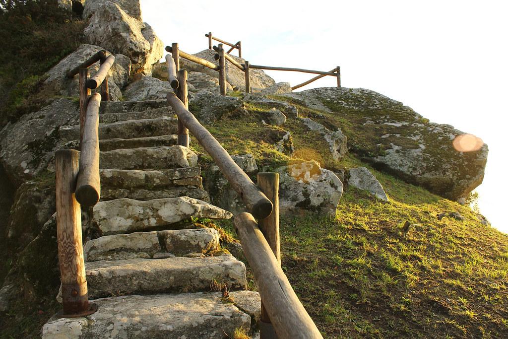 escalera hacia el cielo subida a la cima del monte santa
