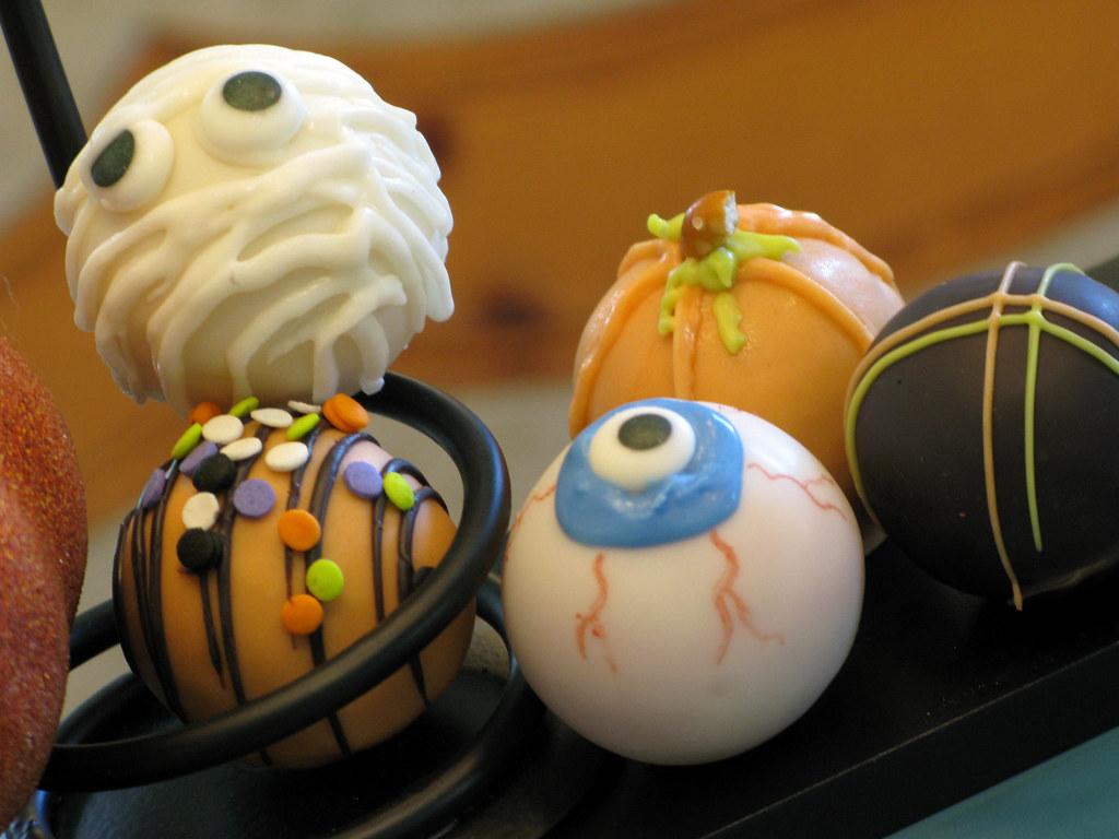 Halloween Cake Balls | Mummy Cake Ball, Eyeball Cake Ball ...