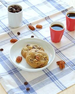 Really good one-bowl chocolate chip-pecan cookies / Cookies com gotas de chocolate e pecãs muito bons | by Patricia Scarpin