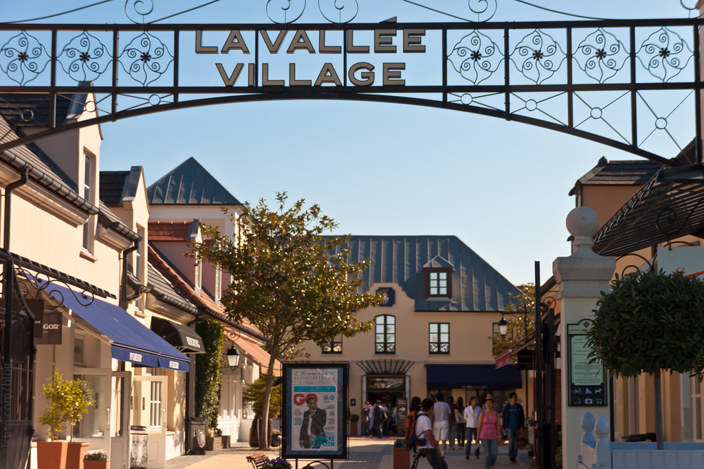 la vallee village shopping at la vall e village elsbro. Black Bedroom Furniture Sets. Home Design Ideas