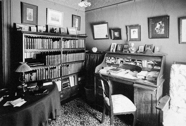 Interior view of the apartment shared by henry albert harp for Interieur 1900