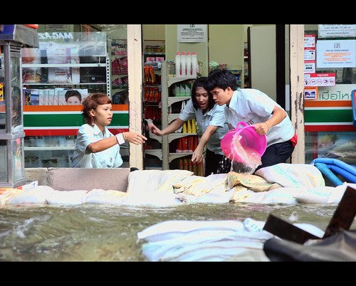 Bailing out 7-11 at Tha Chang | Bangkok Floods | by I Prahin | www.southeastasia-images.com