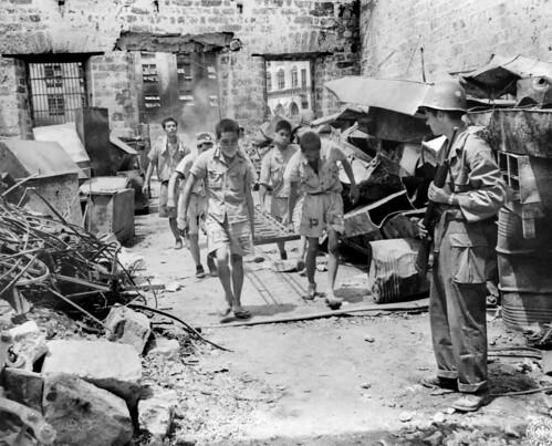 Working Japanese prisoners of war with American guard, Phi ...