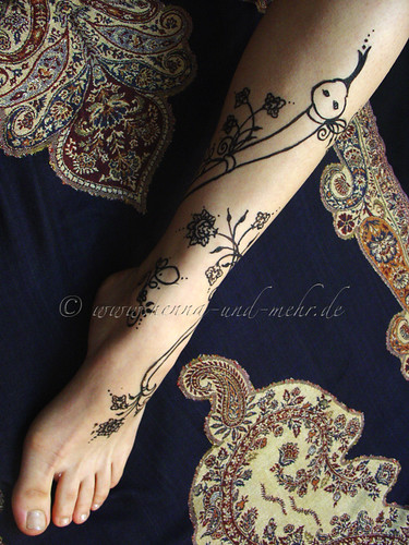 Snake painted with khidab on a leg | by olga_rashida