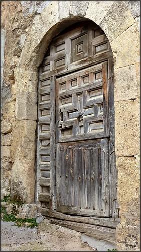 Ancient wooden door in arbeteta guadalajara spain ant for Puertas blindadas antigua casa gutierrez