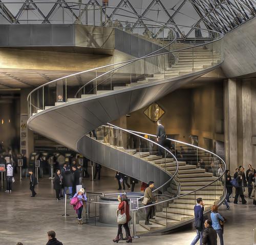 Mus e du louvre escalier en colima on sous la pyramide flickr - Escalier en colimacon ...