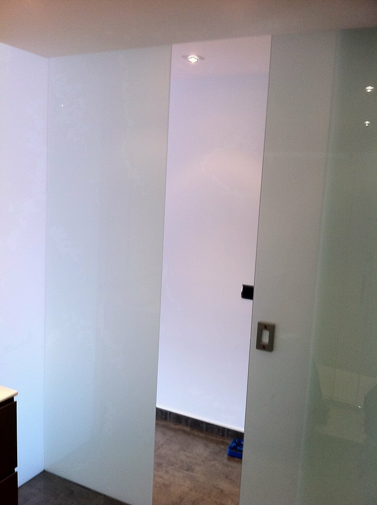 visto cerramiento para bao con cristal laminar blanco y puerta corredera con uero de acero visto