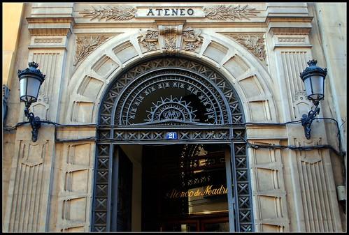Fachada del edificio del ateneo de madrid en la calle del for Calle prado camacho 8