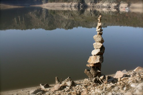 Le cairn de la voie ferr e 4 nous sommes au bord du lac de flickr - Maison au bord de la voie ferree ...