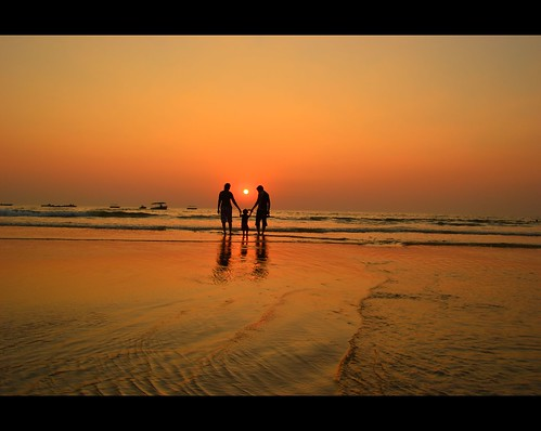 family enjoys sunset at Colva Beach Goa | by OstienVJ