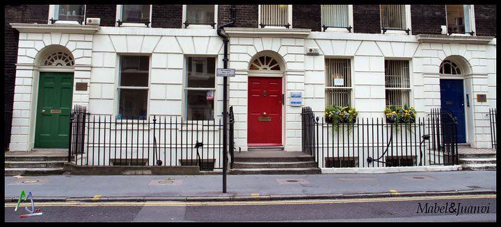 ... Típicas Casas Inglesas Con Sus Puertas De Colores, Antiguamente Cada  Color Significaba Un Oficio,