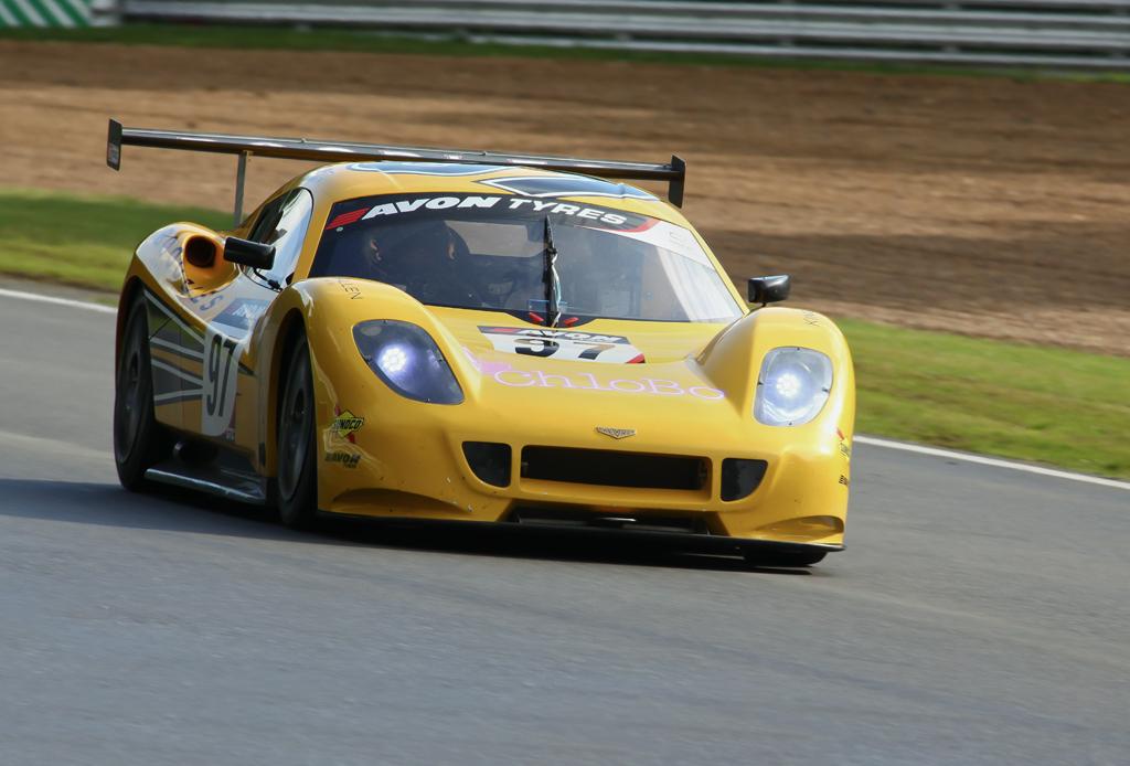 british gt chevron racing cars chevron gr8 j witt a reid by