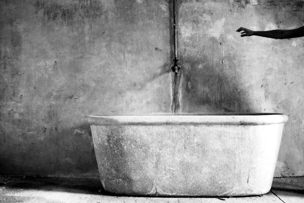 Vasca Da Bagno White : Nella vasca da bagno del tempo view on white nico piotto flickr
