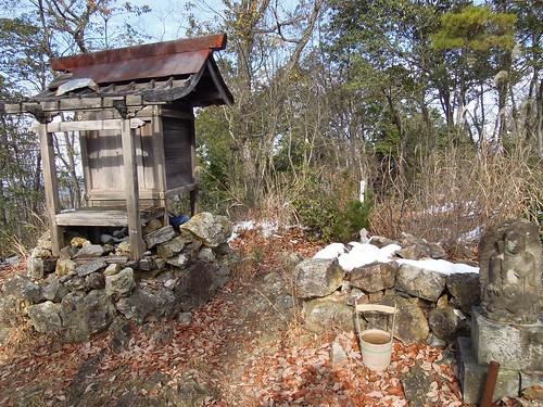 この宗岳寺は、1720年に稲沢から塔野地に移転、その後伽藍が焼失したのを1878年に遠州秋葉寺の僧侶・奥平貫山が再建したもの。現在は朽ち果てた祠が残るのみですが、当時は衆院議員・松山義根氏と秋葉山信仰の本山にする計画が進められていました。