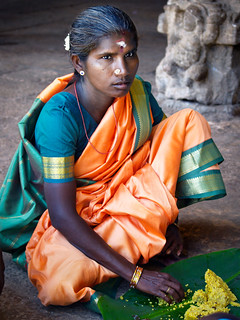 Muchacha en el interior del templo Sri Ranganathaswamy en Trichy - Sur India  -  Girl inside the temple Sri Ranganathaswamy in Trichy | by maramarenka