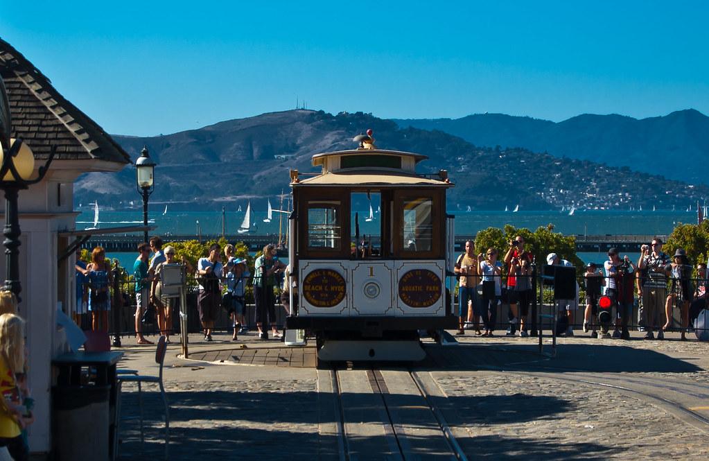 USA / California / San-Francisco / Cable Car Turning Around 08