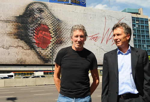 Mauricio Macry y Roger Waters en el mural de The Wall (5 de 5)