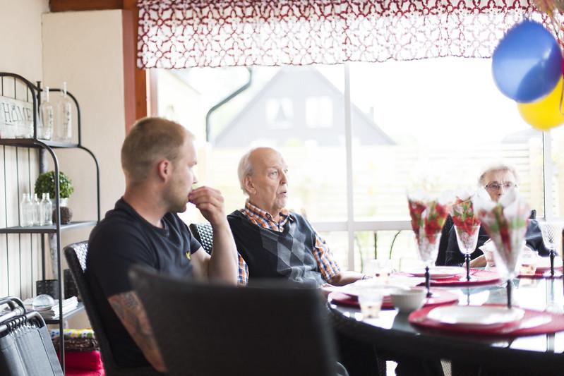 födelsedagsfirande med familjen och mormor och morfar
